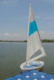 Bacino bianco delle barche a vela sul lago Immagine Stock