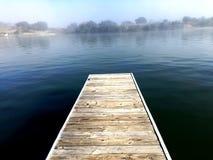 Bacino che trascura nebbia calma sopra il fiume Fotografia Stock