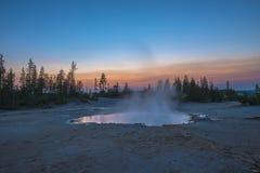 Bacino del geyser di Norris dopo il tramonto Immagini Stock