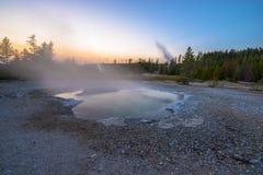 Bacino del geyser di Norris dopo il tramonto Immagine Stock