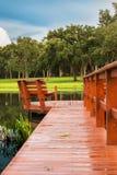 Bacino del lago con la riflessione degli alberi e delle nuvole Fotografia Stock