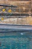 bacino dell'acqua blu della fontana storica alla vecchia cattedrale fotografia stock libera da diritti