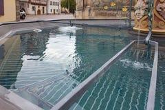 bacino dell'acqua blu della fontana storica alla vecchia cattedrale fotografie stock