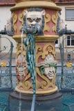 bacino dell'acqua blu della fontana storica alla vecchia cattedrale fotografie stock libere da diritti