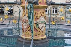 bacino dell'acqua blu della fontana storica alla vecchia cattedrale fotografia stock
