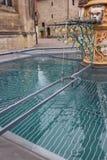 bacino dell'acqua blu della fontana storica alla vecchia cattedrale immagine stock