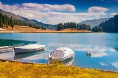 Bacino della barca sul lago Champfer del lago in alpi svizzere Immagine Stock