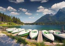 Bacino della barca sul lago Hintersee del lago in alpi austriache Fotografia Stock