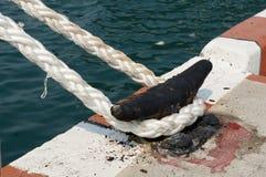 Bacino della corda e legato ad un vecchio morsetto del metallo fotografia stock