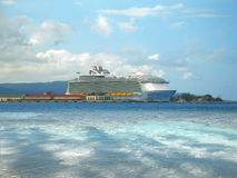 Bacino della nave da crociera di RCCL a porto di Falmouth fotografie stock