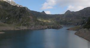 Bacino di Gemelli del lago sulle alpi di Bergamo Immagine Stock