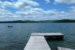 Bacino di legno che cammina verso un lago, Immagini Stock