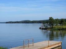 Bacino ed acqua di pesca di Kerr Lake con le colline e la natura Fotografia Stock