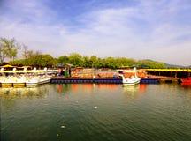 Bacino facente un giro turistico delle barche del lago Xuanwu Immagine Stock
