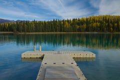 Bacino galleggiante al parco provinciale del lago incontaminato Boya, BC immagini stock libere da diritti