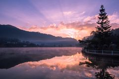 Bacino idrico al tempo di alba fotografie stock