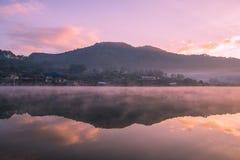 Bacino idrico al tempo di alba immagini stock libere da diritti