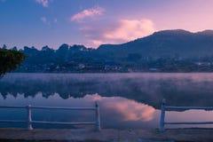 Bacino idrico al tempo di alba fotografie stock libere da diritti