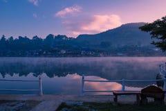 Bacino idrico al tempo di alba fotografia stock