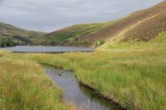 Bacino idrico in colline di Pentland vicino ad Edimburgo, Scozia Immagine Stock