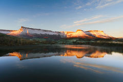 Bacino idrico di Marono con la sierra riflessioni di Salvada Immagini Stock