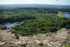 Bacino idrico di Wassel e diga, scogliere ad ovest della montagna stracciata, Connecticut Fotografia Stock