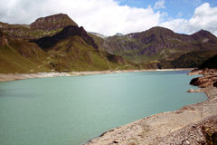 Bacino idrico e montagna Fotografie Stock Libere da Diritti