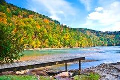 Bacino sopra acqua in autunno Fotografia Stock