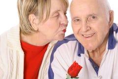 Bacio dei biglietti di S. Valentino degli anziani Immagine Stock