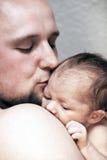 Bacio del padre bello il suo bambino Immagini Stock Libere da Diritti
