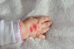 Bacio del rossetto sul braccio del ` di Babys Immagine Stock Libera da Diritti