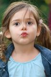 Bacio della bambina Immagine Stock
