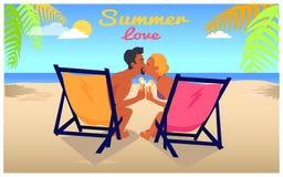 Bacio della donna e dell'uomo in Recliners su Sandy Beach Fotografia Stock