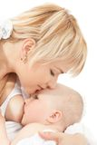 Bacio della madre ed allattare al seno la sua neonata Fotografia Stock Libera da Diritti