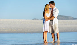 Bacio delle coppie della spiaggia immagine stock libera da diritti