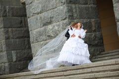 bacio dello sposo Fotografie Stock