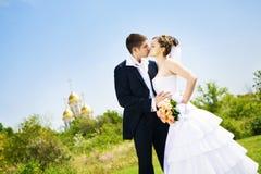 Bacio della sposa e dello sposo fotografia stock
