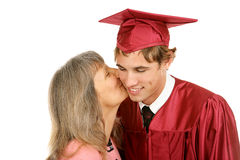 Bacio di graduazione dalla mamma Fotografie Stock Libere da Diritti