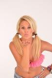 Bacio di salto del blonde allegro Fotografia Stock