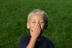 Bacio di salto del giovane ragazzo Fotografia Stock Libera da Diritti
