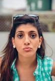 Bacio di salto della donna felice alla macchina fotografica all'aperto Immagine Stock