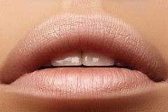 Bacio dolce Trucco naturale perfetto del labbro Chiuda sulla macro foto con la bella bocca femminile Labbra piene grassottelle fotografia stock