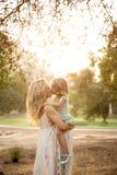 Bacio incinto del fratello germano di maternità Fotografia Stock