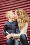 Bacio per la sua mamma immagini stock libere da diritti