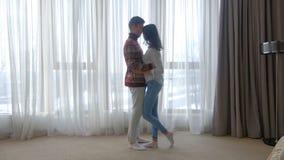 Bacio romantico delle coppie di relazione di affetto di amore video d archivio