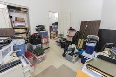 Back office desarrumado com caixas e armazenamento foto de stock