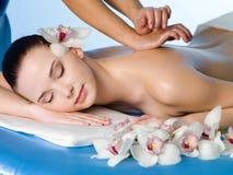 back som har den avslappnande kvinnan för massage Royaltyfri Bild