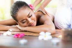 back som har den avslappnande kvinnan för massage royaltyfria foton
