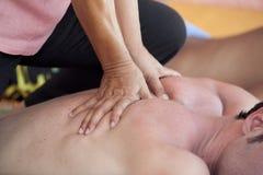 back som har manmassage royaltyfri bild
