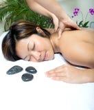 back som har massageterapikvinnan Arkivfoto